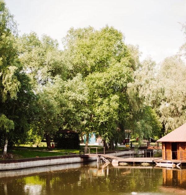 Будиночок біля озера